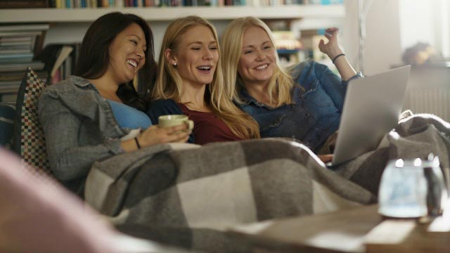 520609-hygge-friends-women-laughing-watching-stuff-on-laptop-afp-relax