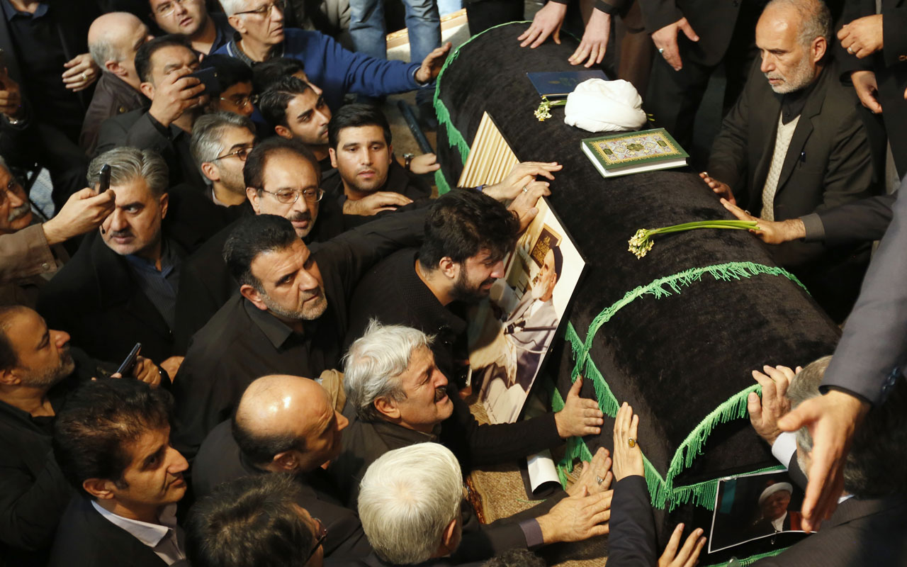 Mourners gather around the coffin of former Iranian president Akbar Hashemi Rafsanjani during a mourning ceremony at the Jamaran mosque in Tehran, on January 9, 2017. Rafsanjani died in hospital on January 8 after suffering a heart attack. Rafsanjani, who was 82, was a pivotal figure in the foundation of the Islamic republic in 1979, and served as president from 1989 to 1997. / AFP PHOTO / ATTA KENARE