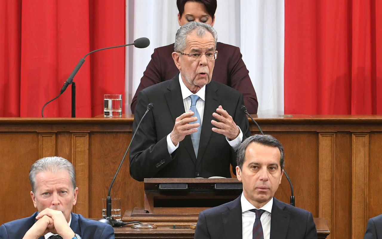 Austria's president Alexander Van der Bellen (C) speaks during the swearing-in ceremony, as Austrian Foreign Minister Sebastian Kurz (L), Austrian Vice Chancellor Reinhold Mitterlehner (2ndL) and Austrian chancellor Christian Kern (2ndR) listen during the federal assembly at the parliament in Vienna on January 26, 2017. Van der Bellen, 73, narrowly won a run-off against Norbert Hofer from the Freedom Party (FPOe) in May but the anti-immigration party got the result annulled due to procedural irregularities. / AFP PHOTO / APA / ROLAND SCHLAGER / Austria OUT