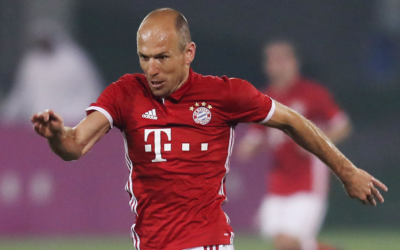 Bayern Munich's Arjen Robben controls the ball during his friendly football match against Belgium's KAS Eupen at the Aspire Academy in Doha on January 10, 2017. / AFP PHOTO / KARIM JAAFAR