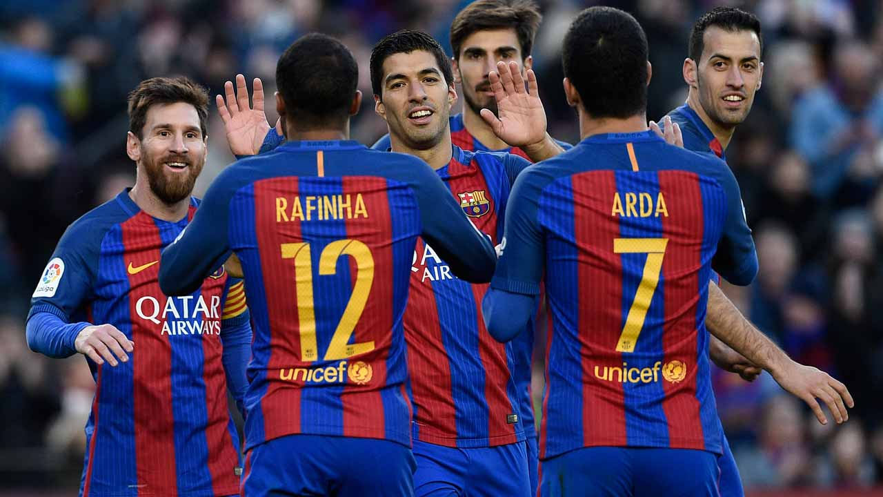 Barcelona's Argentinian forward Lionel Messi (L) celebrates with teamates after scoring a goal during the Spanish league football match FC Barcelona vs UD Las Palmas at the Camp Nou stadium in Barcelona on January 14, 2017. LLUIS GENE / AFP