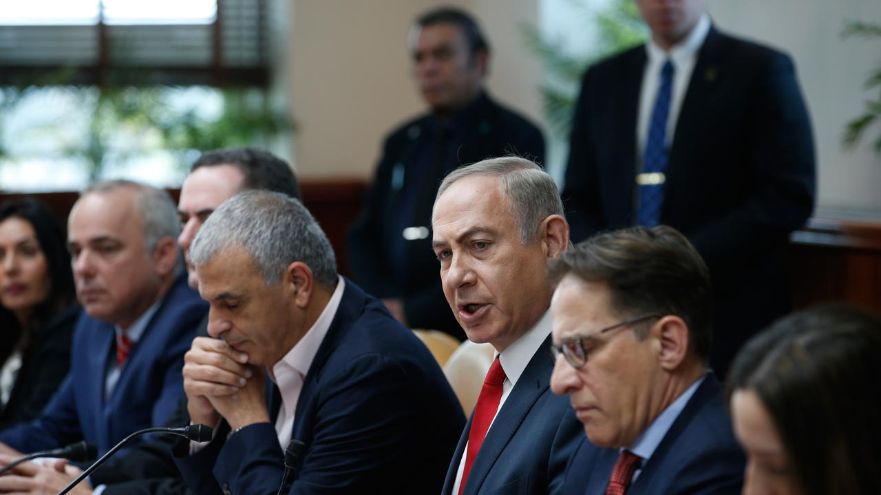 Israeli Prime Minister Benjamin Netanyahu (3rd R) attends the weekly cabinet meeting in Jerusalem on January 22, 2017. RONEN ZVULUN / POOL / AFP