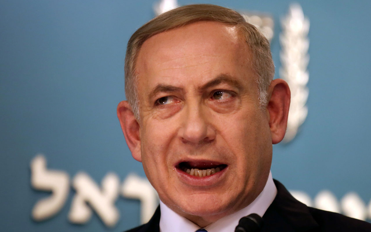 (FILES) This file photo taken on December 28, 2016 shows Israeli Prime Minister Benjamin Netanyahu delivering a statement to the press at his Jerusalem office on December 28, 2016, in response to a speech by the US Secretary of State. Police grilled Israeli Prime Minister Benjamin Netanyahu for three hours on Monday, January 2, 2017 on suspicion of receiving gifts from businessmen, as part of a graft probe that has shaken the country's politics. / AFP PHOTO / GALI TIBBON