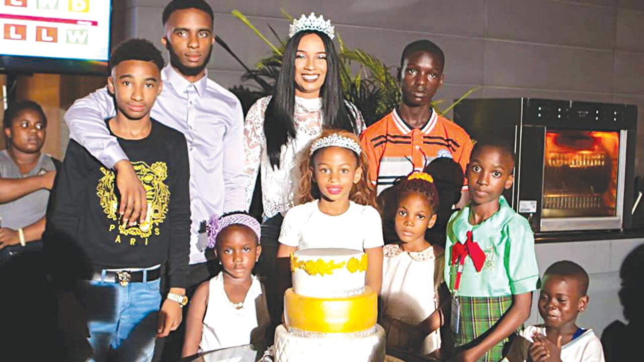 celebrityextra-21-1-17-ibinabo-fiberisima-her-children-and-some-of-the-scholarship-award-recepients