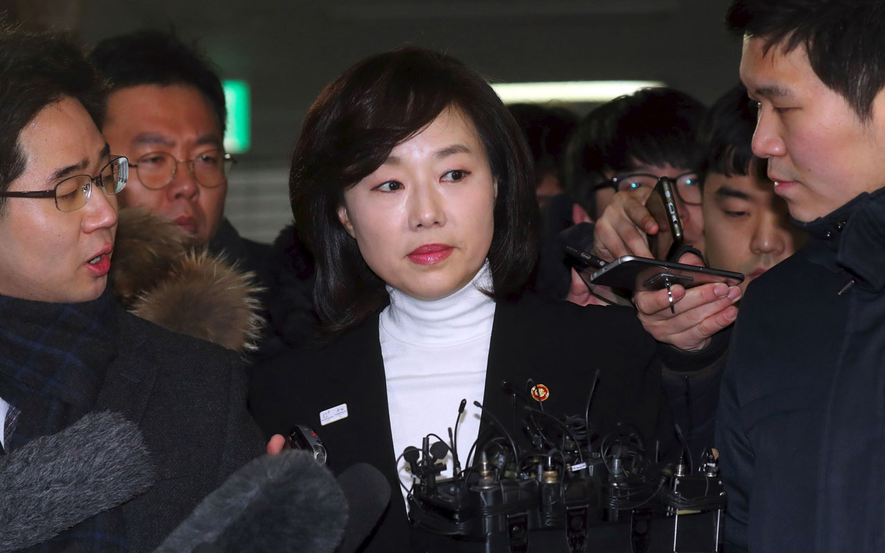 South Korea's Culture Minister Cho Yoon-Sun (C) arrives to be questioned at the office of the independent counsel on a corruption scandal case that led to the impeachment of President Park Geun-Hye in Seoul on January 17, 2017. South Korea's culture minister Cho was questioned by prosecutors on January 17 over allegations that the government blacklisted thousands of artists for their political beliefs, the first incumbent cabinet minister to be formally interviewed in the scandal surrounding Park. / AFP PHOTO / YONHAP / STR / - South Korea OUT /