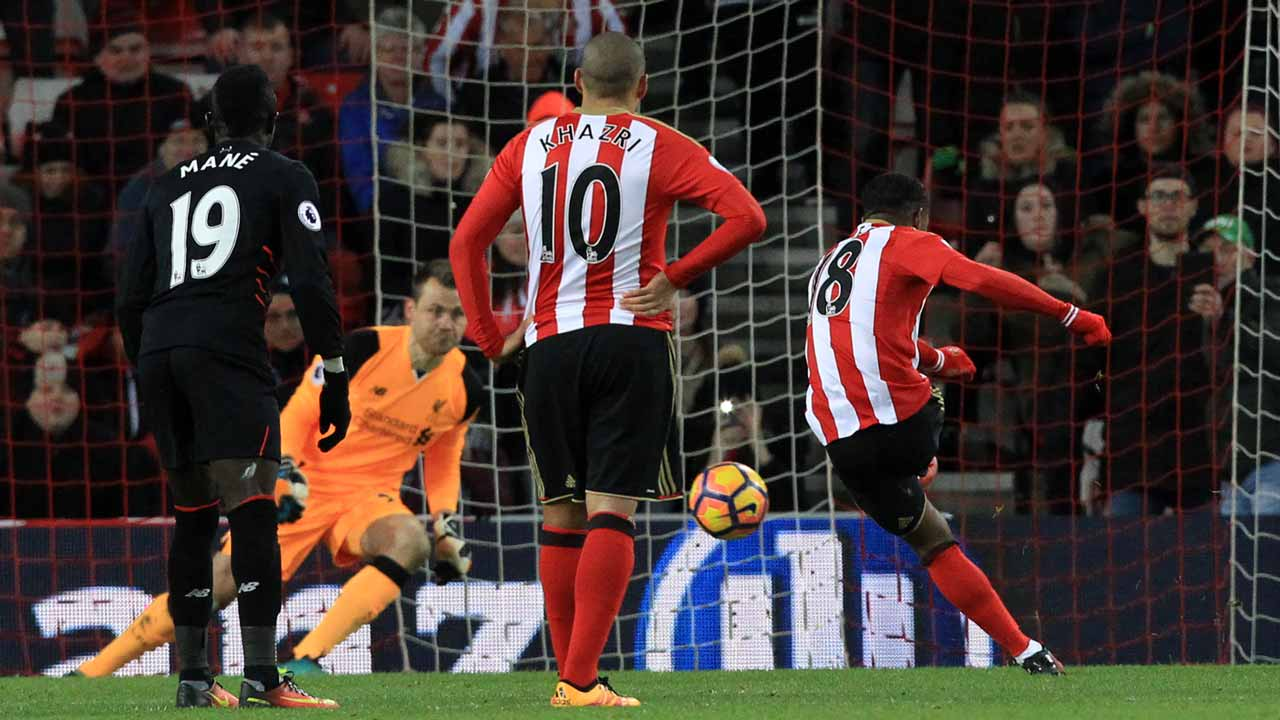 Sunderland's English striker Jermain Defoe (R) scores their second goal from the penalty spot during the English Premier League football match between Sunderland and Liverpool at the Stadium of Light in Sunderland, north-east England on January 2, 2017.  Lindsey PARNABY / AFP
