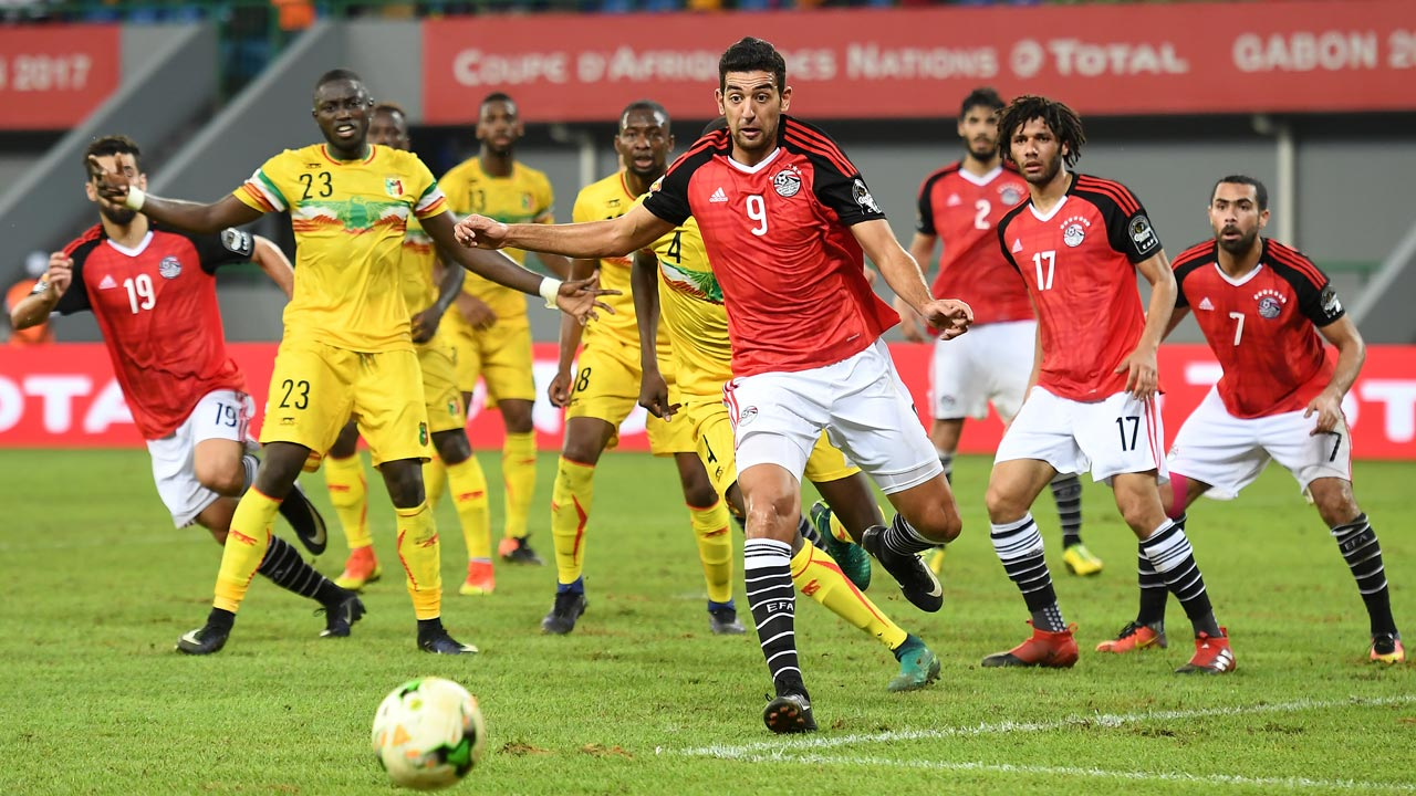 Egypt's forward Ahmed Hassan (C) reacts as he loses possession of the ball during the 2017 Africa Cup of Nations group D football match between Mali and Egypt in Port-Gentil on January 17, 2017. Justin TALLIS / AFP