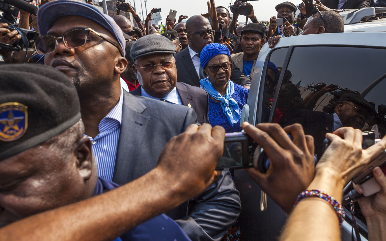 (FILES) This file photo taken on July 27, 2016 shows Etienne Tshisekedi (C), an opposition leader in D.R.Congo, surrounded by journalists as he arrives in Kinshasa. Congo's veteran opposition chief Etienne Tshisekedi, 83, left Kinshasa earlier on January 24, 2017 for medical reasons while his party continues negotiations, with the majority supporting President Joseph Kabila, a sharing of power until the next presidential election in the Democratic Republic of Congo. / AFP PHOTO / Eduardo Soteras