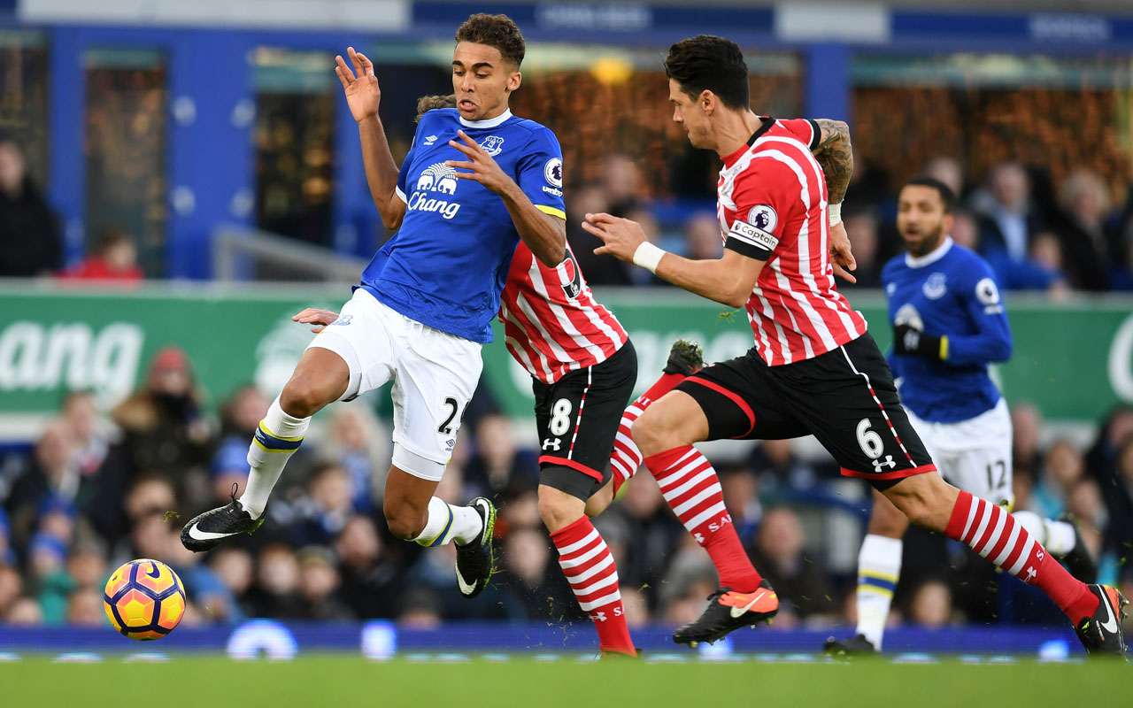 Everton's English striker Dominic Calvert-Lewin (L) vies with Southampton's Portuguese defender Jose Fonte during the English Premier League football match between Everton and Southampton at Goodison Park in Liverpool, north west England on January 2, 2017. / AFP PHOTO / Paul ELLIS /
