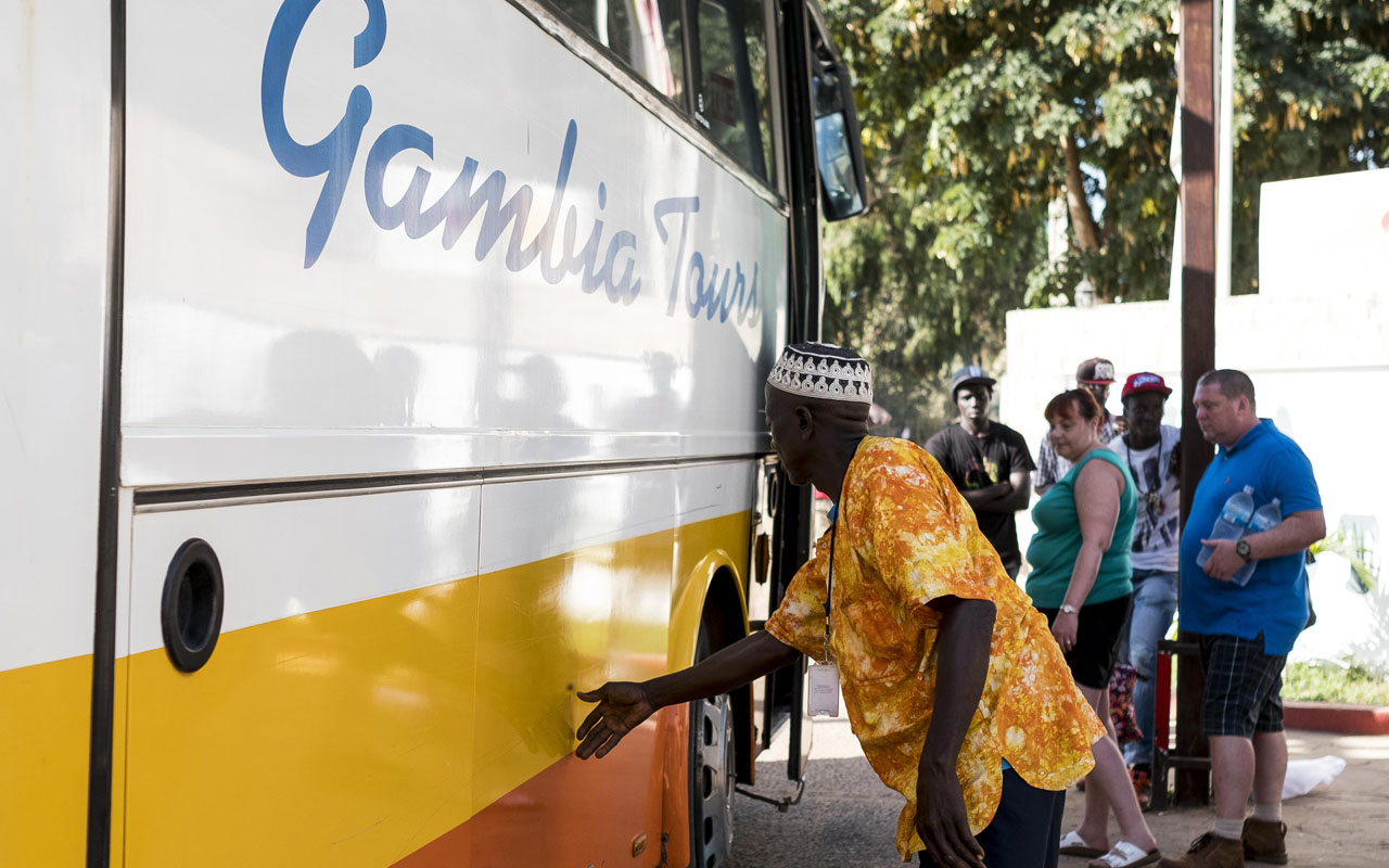 Tourists load luggage onto a bus in preparation to leave the Gambia after the British Government changed the travel advisory to amber due to the state of emergency issued by Gambian President Jammeh on January 18, 2017 in Banjul, Gambia. Gambian President Yahya Jammeh looked determined to cling to power on January 18 as his mandate came to an end, while tourists packed onto planes in an exodus sparked by the country's state of emergency. Jammeh said January 17 the emergency measure was necessary due to interference of foreign powers in the country's December 1 election, which the president of 22 years lost to opponent Adama Barrow. / AFP PHOTO / STRINGER