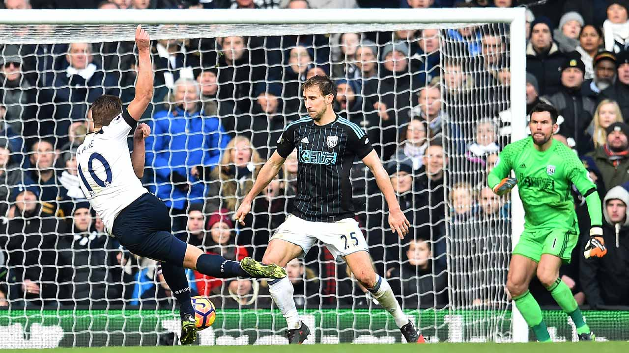 Tottenham Hotspur's English striker Harry Kane (L) scores his team's third goal during the English Premier League football match between Tottenham Hotspur and West Bromwich Albion at White Hart Lane in London, on January 14, 2017.  Glyn KIRK / AFP