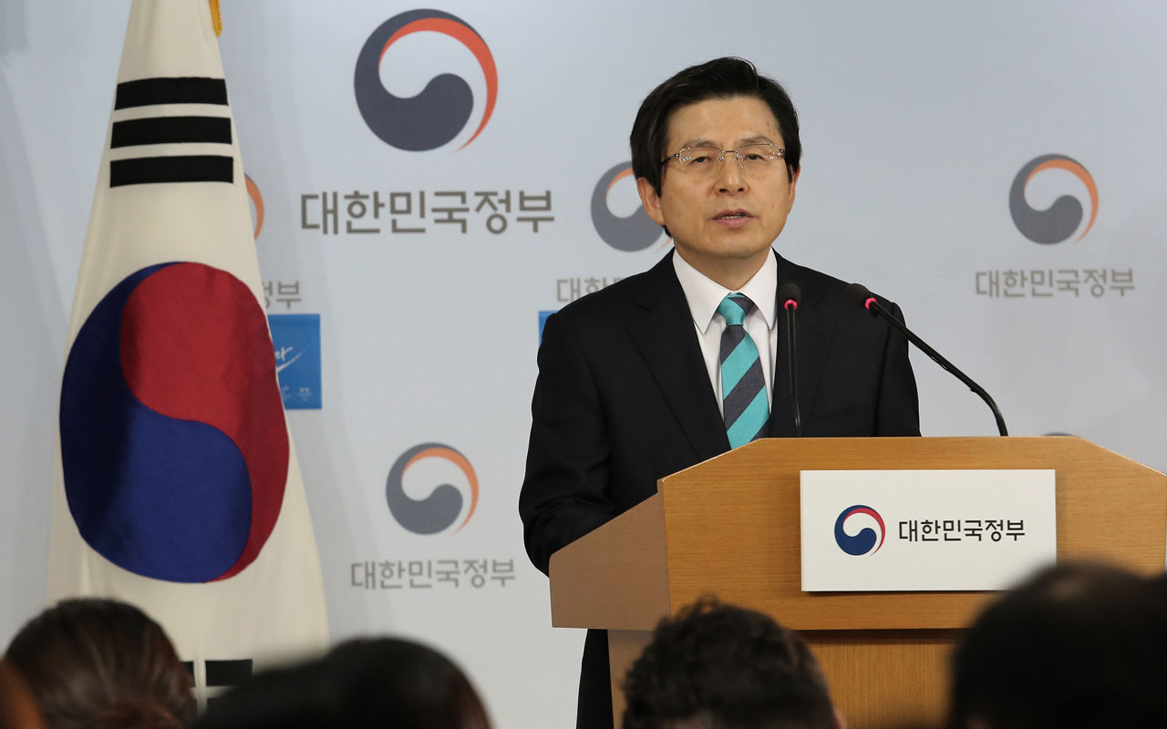 South Korea's acting President and Prime Minister Hwang Kyo-ahn speaks during a New Year's press conference at the government complex in Seoul on January 23, 2017. / AFP PHOTO / POOL / AHN Young Joon