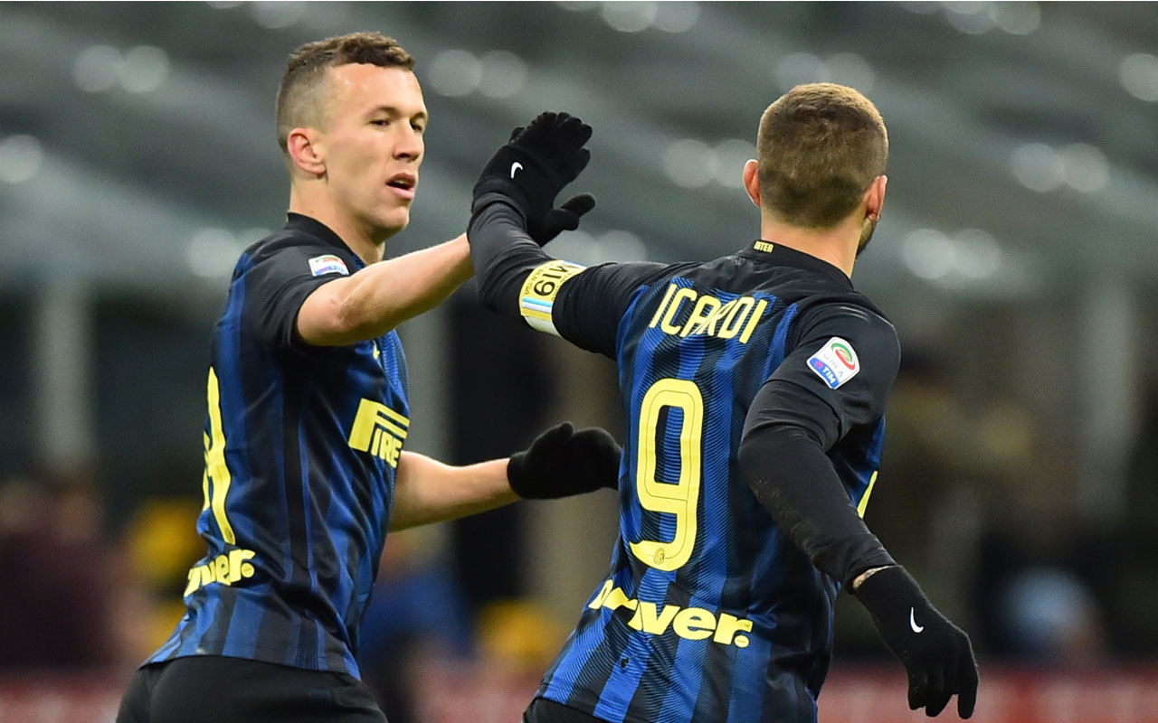 "Inter Milan's forward from Argentina Mauro Icardi (R) celebrates with Inter Milan's forward from Croatia Ivan Perisic after scoring a goal during the Italian Serie A football match Inter Milan vs Chievo at ""San Siro"" stadium in Milan on January 14 , 2017. / AFP PHOTO / GIUSEPPE CACACE"