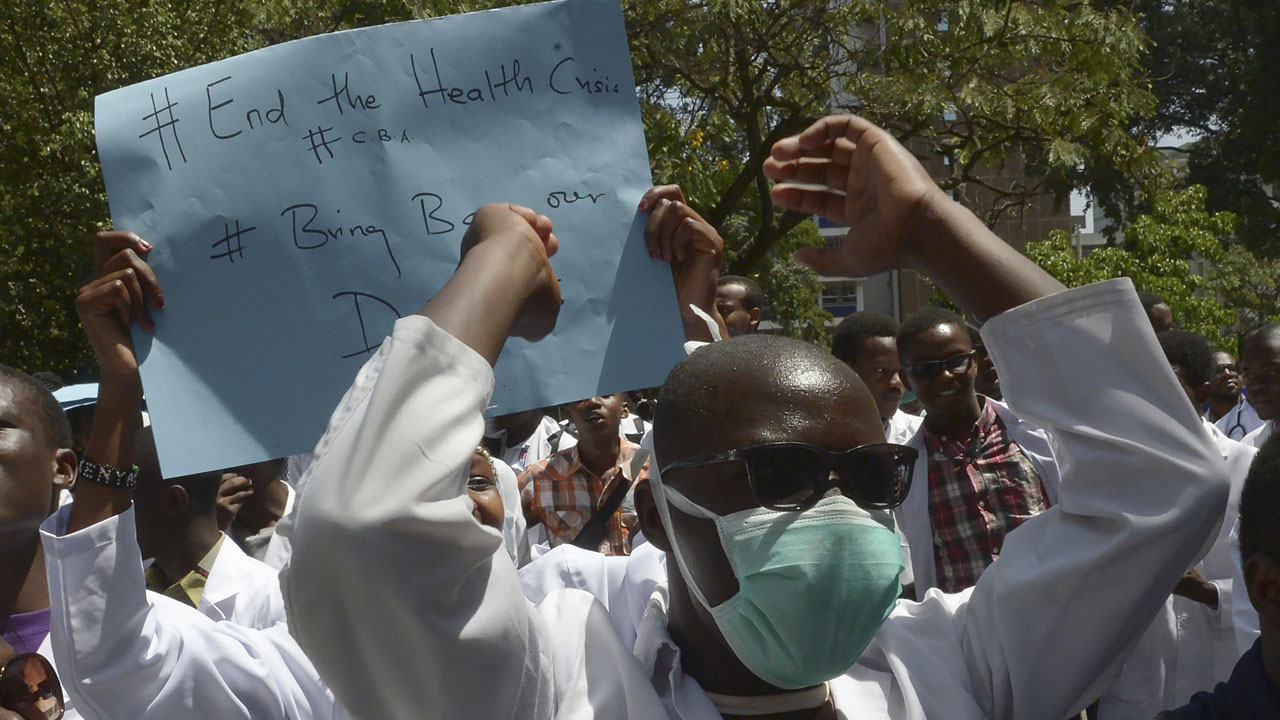 Kenya medical students protest in solidarity with a doctor's strike on January 19, 2017 in the capital Nairobi. Thousands of Kenyan public sector doctors are currently engaged in the country's longest-ever medical strike which has dragged on for the last month and a half, demanding a tripling of salaries and better working conditions. / AFP PHOTO / SIMON MAINA
