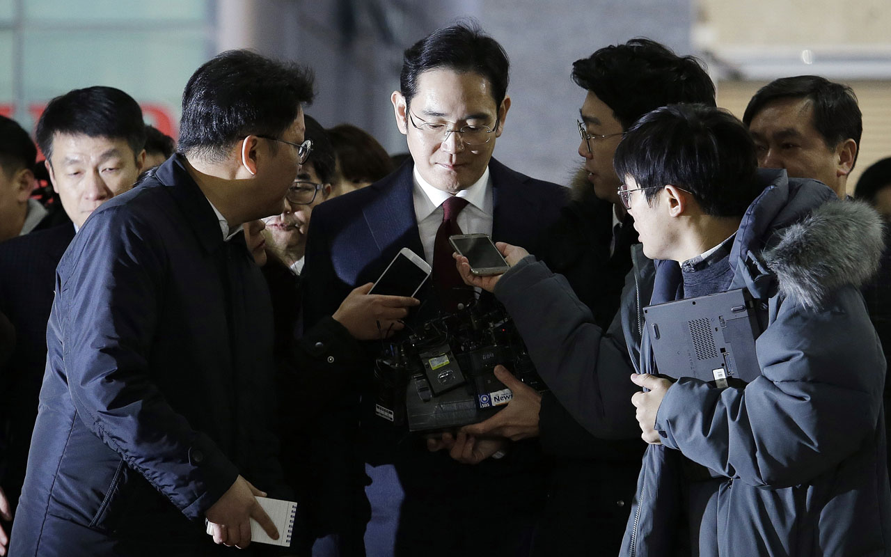 Lee Jae-yong (C) vice chairman of Samsung Electronics, arrives to be questioned as a suspect in a corruption scandal that led to the impeachment of President Park Geun-Hye, at the office of the independent counsel in Seoul on January 12, 2017. / AFP PHOTO / POOL / AHN Young-Joon