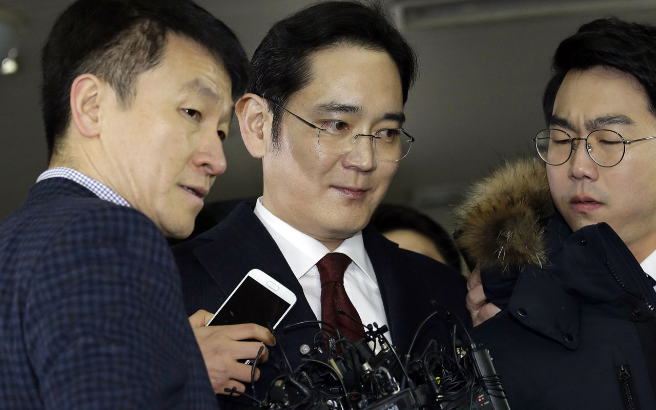 Lee Jae-yong (C) vice chairman of Samsung Electronics, arrives to be questioned as a suspect in a corruption scandal that led to the impeachment of President Park Geun-Hye, at the office of the independent counsel in Seoul on January 12, 2017/ AFP PHOTO / POOL / AHN Young-Joon