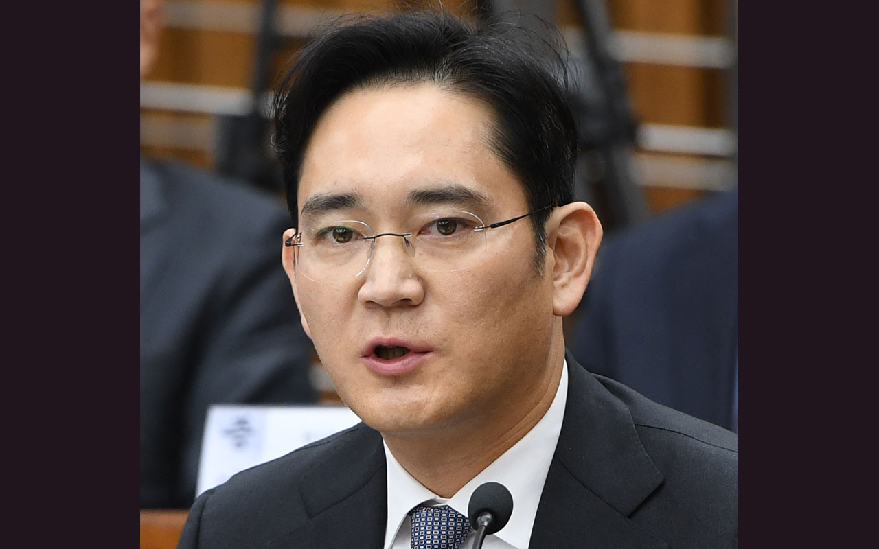 (FILES) This file photo taken on December 6, 2016 shows Samsung Group's heir-apparent Lee Jae-Yong answering a question during a parliamentary probe into a scandal engulfing President Park Geun-Hye at the National Assembly in Seoul. Samsung heir Lee Jae-Yong has become a criminal suspect in a widening probe into the corruption and influence-peddling scandal engulfing the impeached South Korean President Park Geun-Hye, prosecutors said on January 11, 2017. / AFP PHOTO / POOL / JUNG YEON-JE