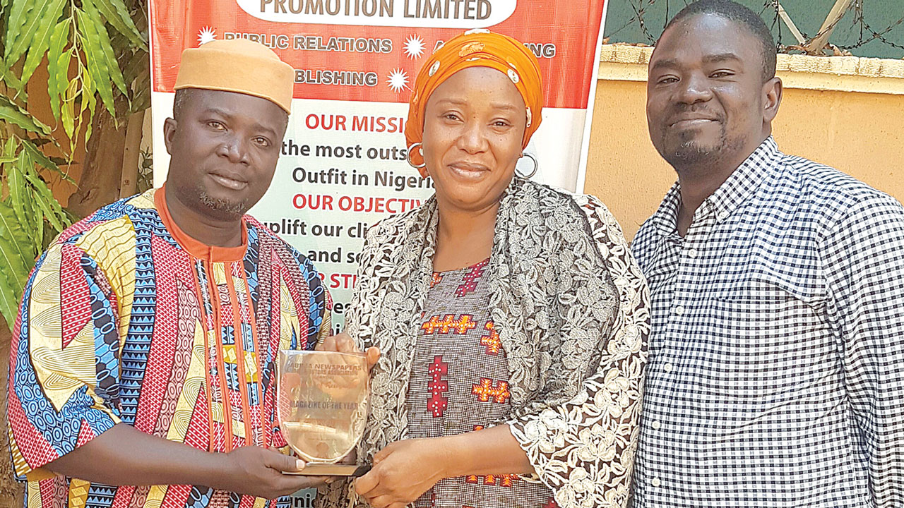 President, Abuja Newspapers Distributor Association, Comrade Joshua Oyegun (left) presents the Magazine of the Year Award won by the Economic Confidential to the Managing Director, Hajia Sikrat Yushau Shuaib, while the founder of the magazine, Mr. Yushau Shuaib looks on at the presentation ceremony in Abuja