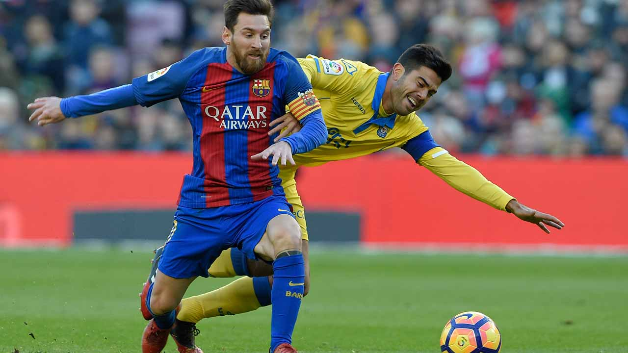 Barcelona's Argentinian forward Lionel Messi (L) vies with Las Palmas' defender Michel Macedo (R) during the Spanish league football match FC Barcelona vs UD Las Palmas at the Camp Nou stadium in Barcelona on January 14, 2017. LLUIS GENE / AFP
