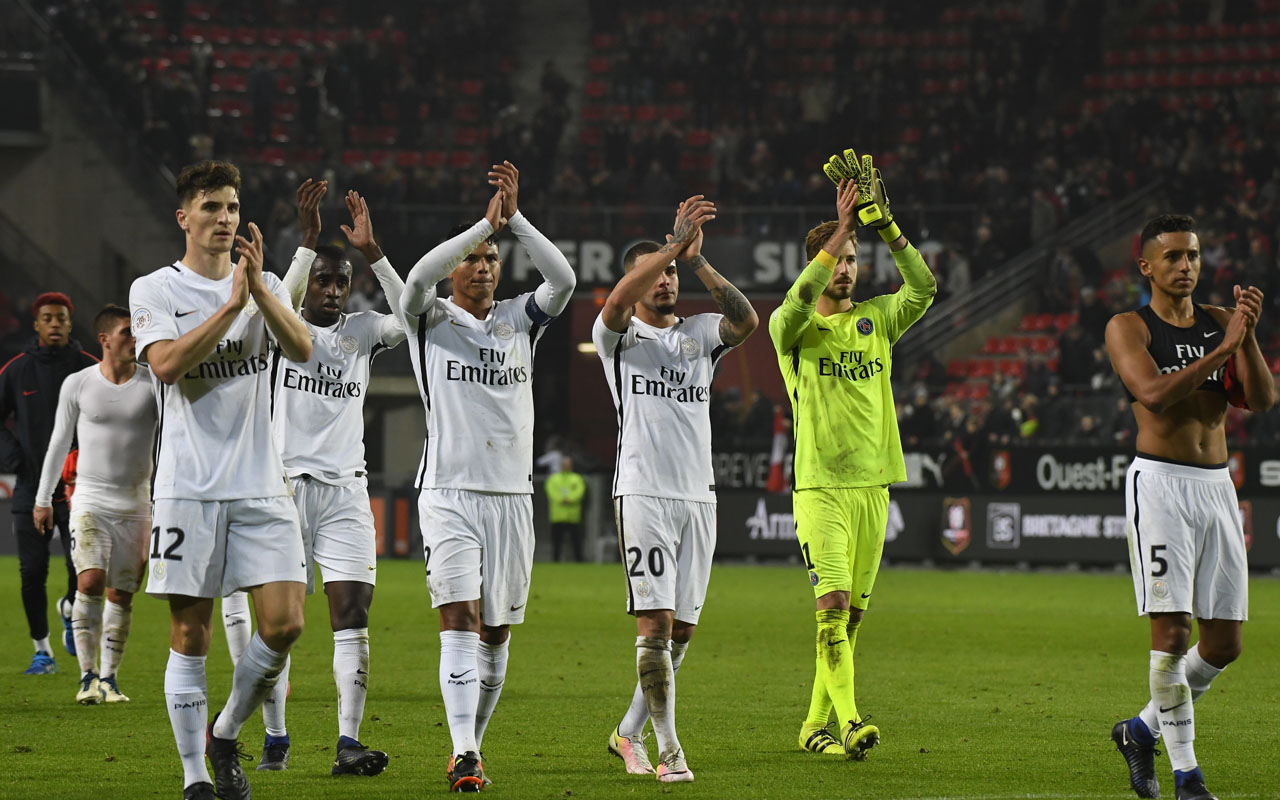 Paris Saint-Germain players cheer their supporters after the French L1 football match between Rennes and Paris Saint-Germain on January 14, 2017 at the Roazhon park stadium in Rennes, western France. / AFP PHOTO / DAMIEN MEYER
