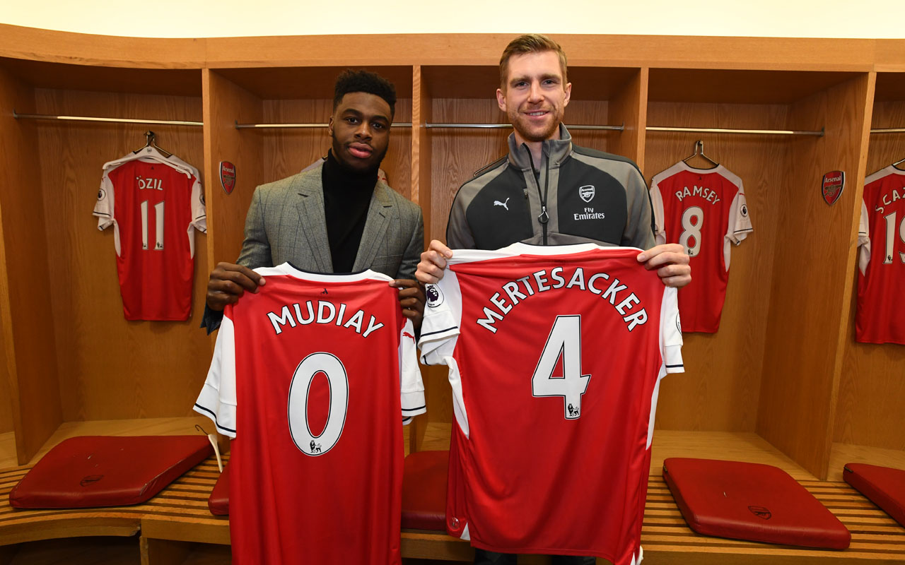 Emmanual Mudiay #0 of the Denver Nuggets poses with Per Mertesacker of Arsenal Football Club as part of 2017 NBA London Global Games at Emirates Stadium on January 10, 2017 in London, England. /NBAE via Getty Images/AFP