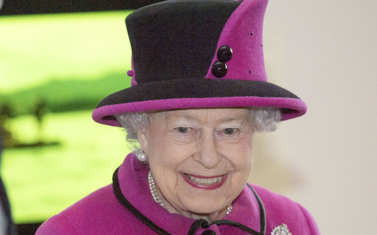 Britain's Queen Elizabeth II pays a visit to the Sainsbury Centre for Visual Arts at the University of East Anglia in Norwich, east England, on January 27, 2017. The Queen visited the 'Fiji: Art & Life in the Pacific' exhibition at the Sainsbury Centre for Visual Arts, University of East Anglia (UEA). / AFP PHOTO / POOL AND AFP PHOTO / Arthur Edwards