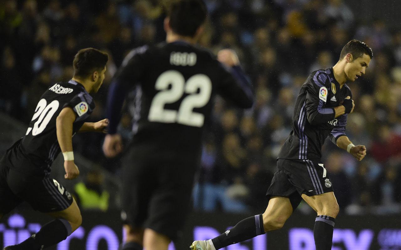 Real Madrid's Portuguese forward Cristiano Ronaldo (R) celebrates after scoring  during the Spanish Copa del Rey (King's Cup) quarter final second leg football match RC Celta de Vigo vs Real Madrid CF RC Celta de Vigo on January 25, 2017. / AFP PHOTO / MIGUEL RIOPA