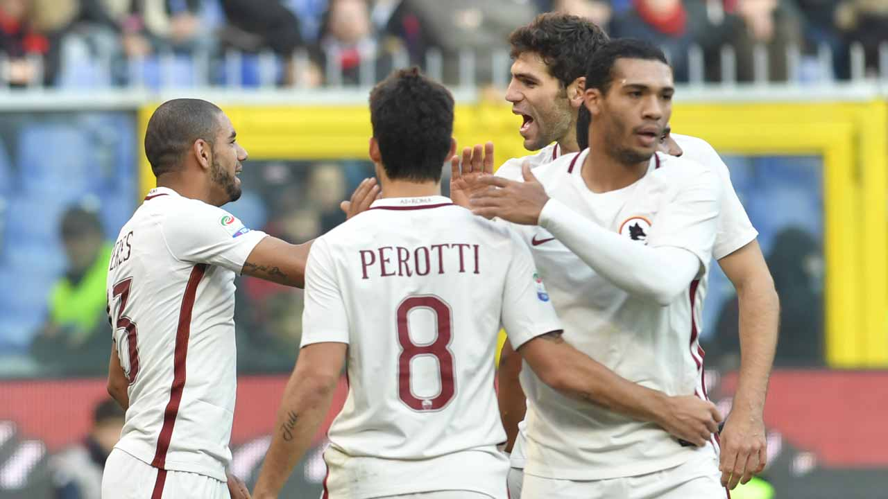 AS Roma's defender from Brazil Bruno Peres (L) celebrates with teammates after scoring during the Italian Serie A football match Genoa vs Roma on January 8, 2017 at Genoa's De Ferraris stadium. ANDREAS SOLARO / AFP