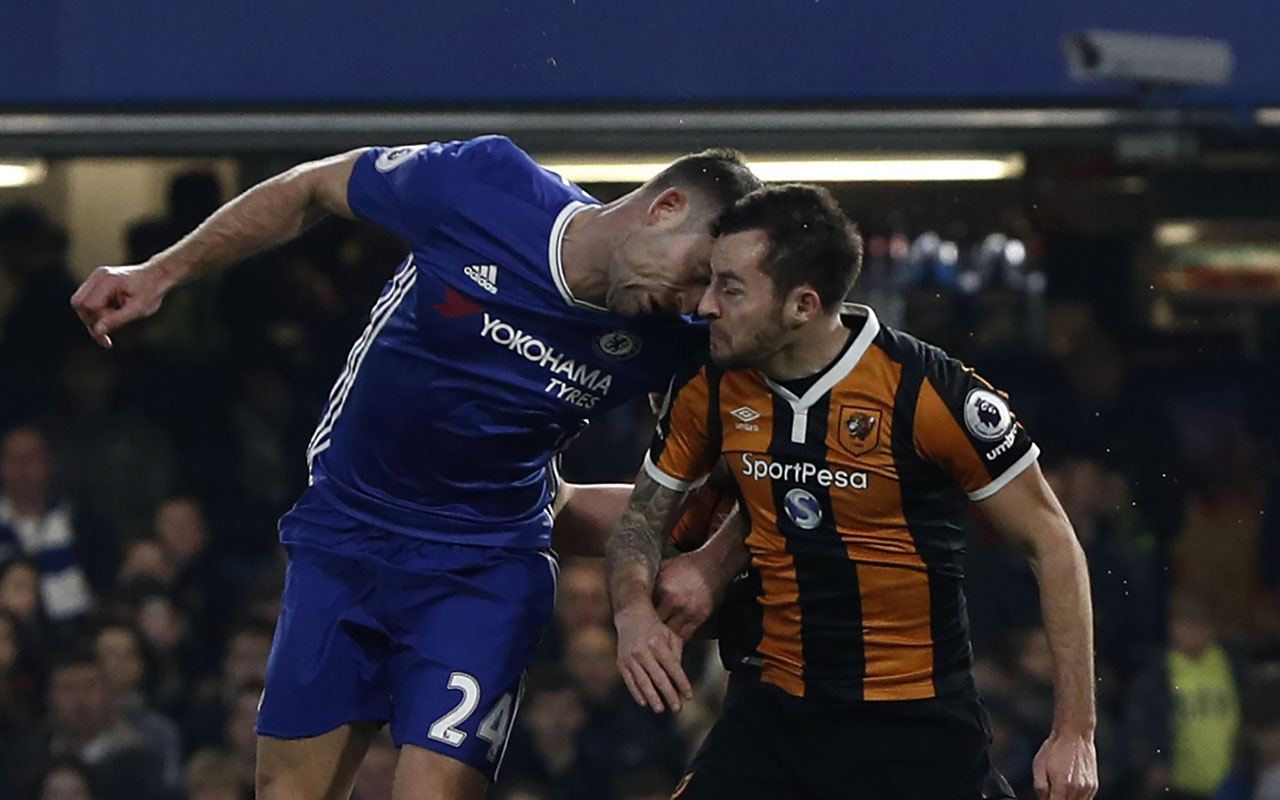 Chelsea's English defender Gary Cahill (L) and Hull City's English midfielder Ryan Mason clash heads during the English Premier League football match between Chelsea and Hull City at Stamford Bridge in London on January 22, 2017. / AFP PHOTO / Adrian DENNIS /