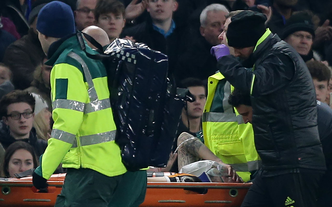 Hull City's English midfielder Ryan Mason is stretchered from the field after a clash of heads with Gary Cahill during the English Premier League football match between Chelsea and Hull City at Stamford Bridge in London on January 22, 2017. Hull City midfielder Ryan Mason has been talking in hospital about the incident which left him with a fractured skull, the Premier League club said Monday, January 23, 2017. / AFP PHOTO / DANIEL LEAL-OLIVAS /