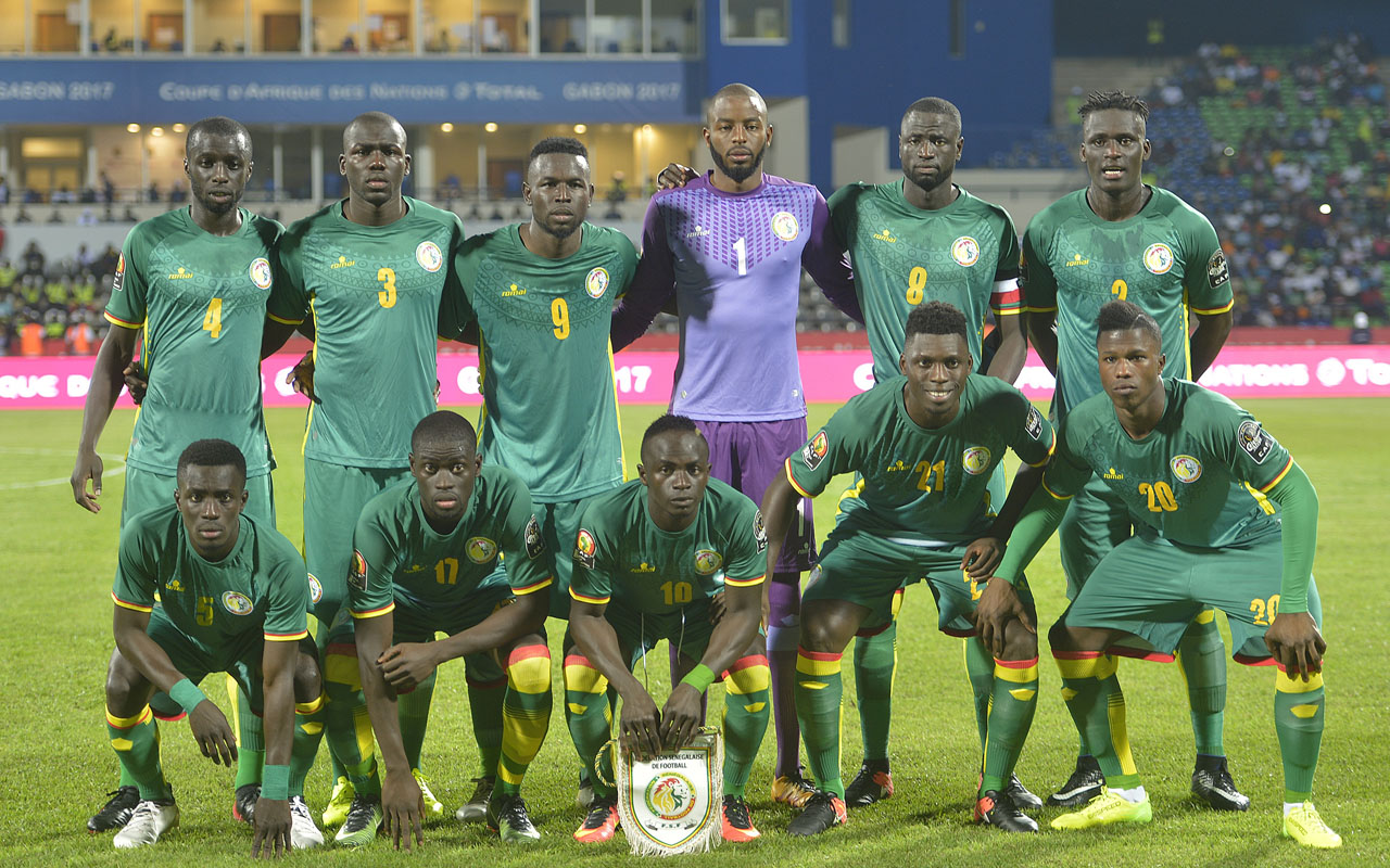 Senegal's squad (back L-R) defender Cheikh M'Bengue, defender Kalidou Koulibaly, forward Mame Biram Diouf, goalkeeper Abdoulaye Diallo, defender Cheikhou Kouyate, defender Kara Mbodji, (L-R) midfielder Idrissa Gana Gueye, midfielder Papa Alioune Ndiaye, forward Sadio Mane, defender Lamine Gassama and forward Keita pose for a group picture before the 2017 Africa Cup of Nations group B football match between Tunisia and Senegal in Franceville on January 15, 2017. / AFP PHOTO / KHALED DESOUKI