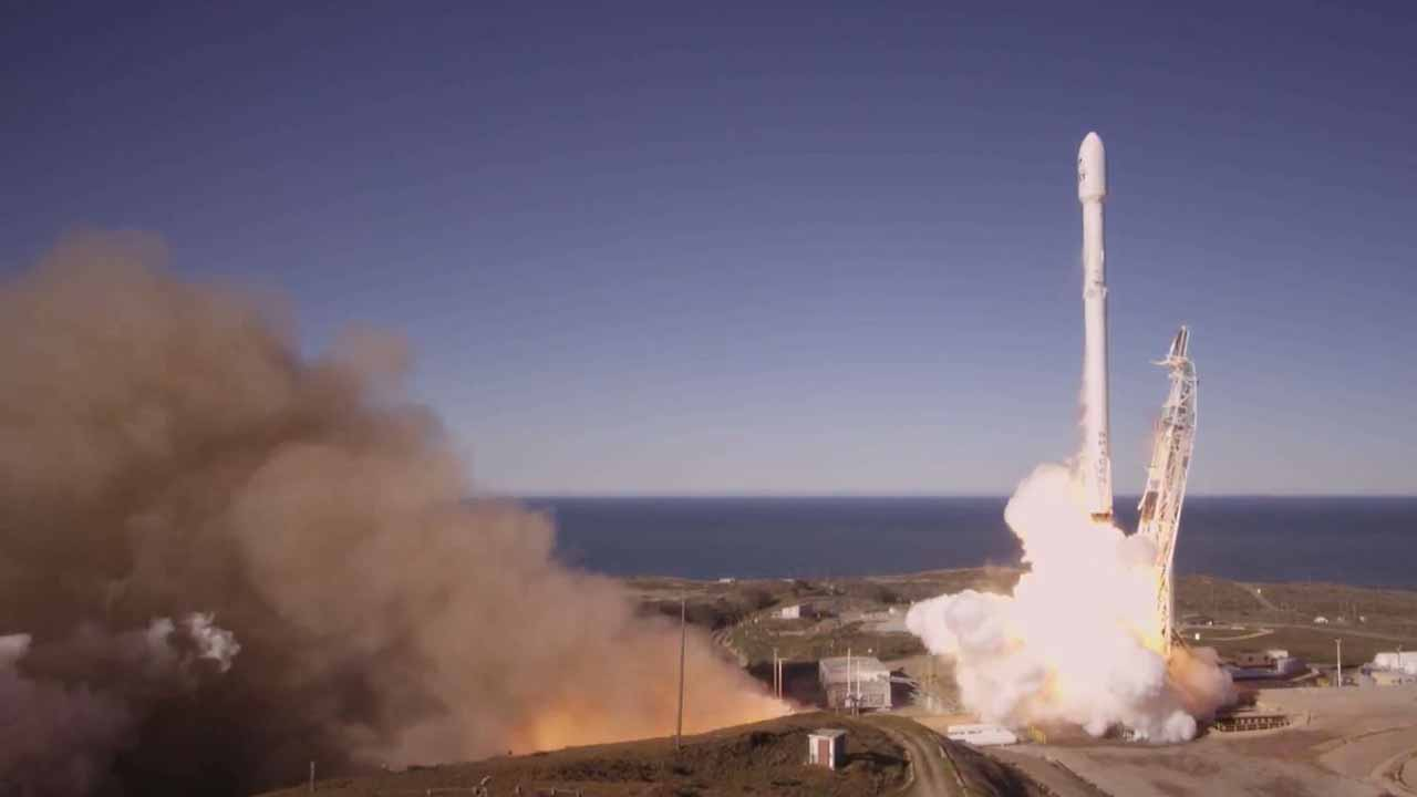 This still image from video obtained from SpaceX shows a Falcon 9 rocket lifting off from Vandenberg Air Force Base, California, on January 14, 2017. SpaceX launched 10 satellites for Iridium, a mobile and data communications company. HO / SPACEX / AFP