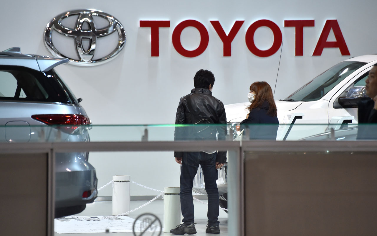 Visitors are seen in a showroom of Japan's Toyota Motor Corp. in Tokyo on January 6, 2017. Toyota shares fell on January 6 after US President-elect Donald Trump threatened the carmaker with tariffs over a new vehicle plant in Mexico, also prompting an objection from the Japanese government. / AFP PHOTO / Kazuhiro NOGI