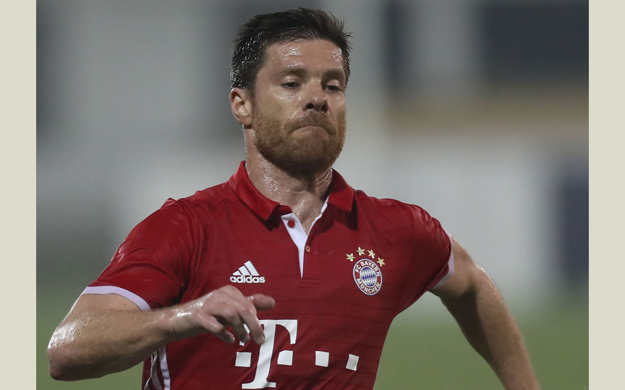 Bayern Munich's Xabi Alonso controls the ball during his friendly football match against Belgium's KAS Eupen at the Aspire Academy in Doha on January 10, 2017. / AFP PHOTO / KARIM JAAFAR