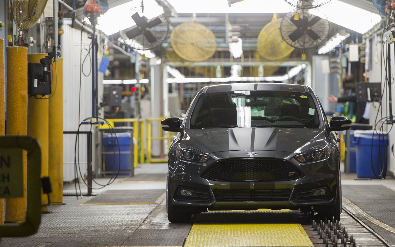 "(FILES) This file photo taken on January 7, 2015 shows a lineup of Ford Focus vehicles seen on an assembly line at the Ford Michigan Assembly Plant in Wayne, Michigan. Ford announced on January 3, 2017 it is canceling plans to build a $1.6 billion plant in Mexico and instead will boost US production of electric vehicles.""Ford today announced it is canceling plans for the new plant in San Luis Potosi, Mexico,"" the company said in a statement. / AFP PHOTO / SAUL LOEB"