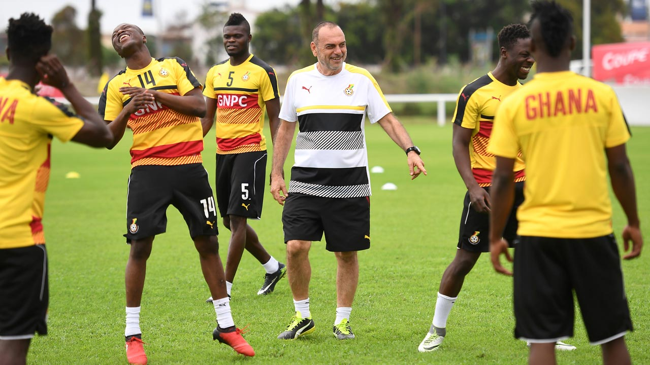 Ghana's Israeli coach Avram Grant (C) takes part in a training session in Port-Gentil on January 18, 2017, during the 2017 Africa Cup of Nations football tournament in Gabon. Justin TALLIS / AFP