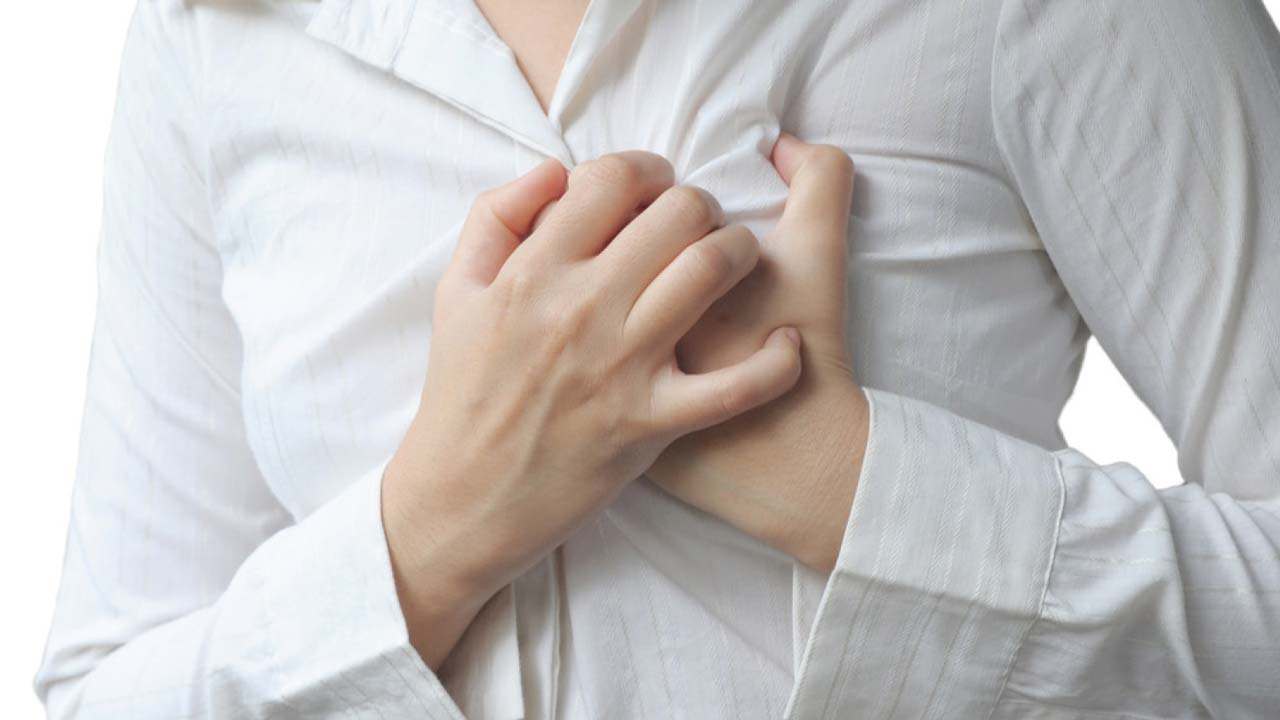 Poor women are more likely to suffer heart trouble than poor men are, a new review suggests.