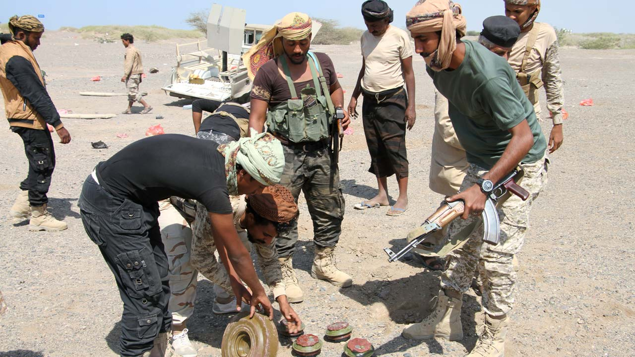 Yemeni government forces dig up a mines and improvised explosive devices (IED) on the road leading to the southwestern port of Mokha on January 23, 2017 as they clear the area after taking control of the red sea coastal town from Shiite Huthi rebels. SALEH AL-OBEIDI / AFP