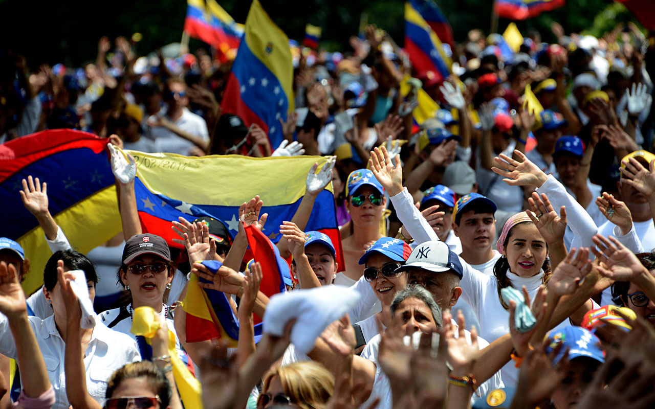 Venezuela protesters plan nationwide road blocks