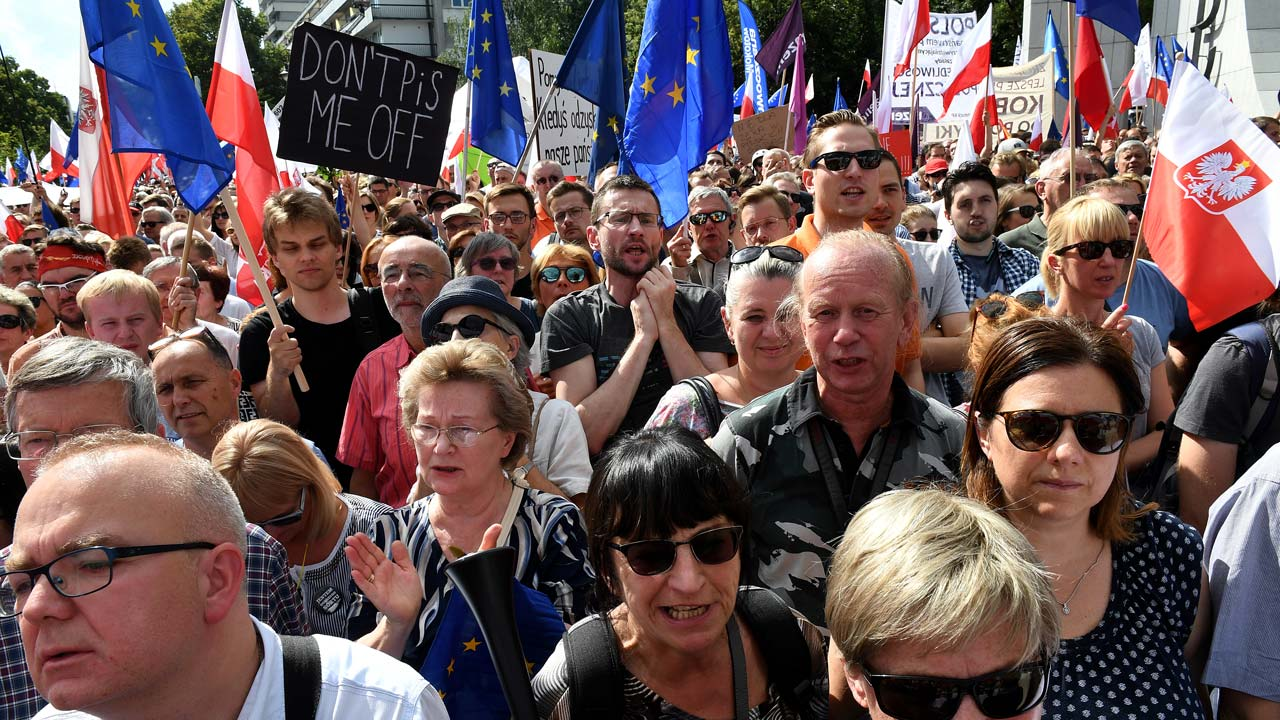 Thousands rally against court reforms in Poland