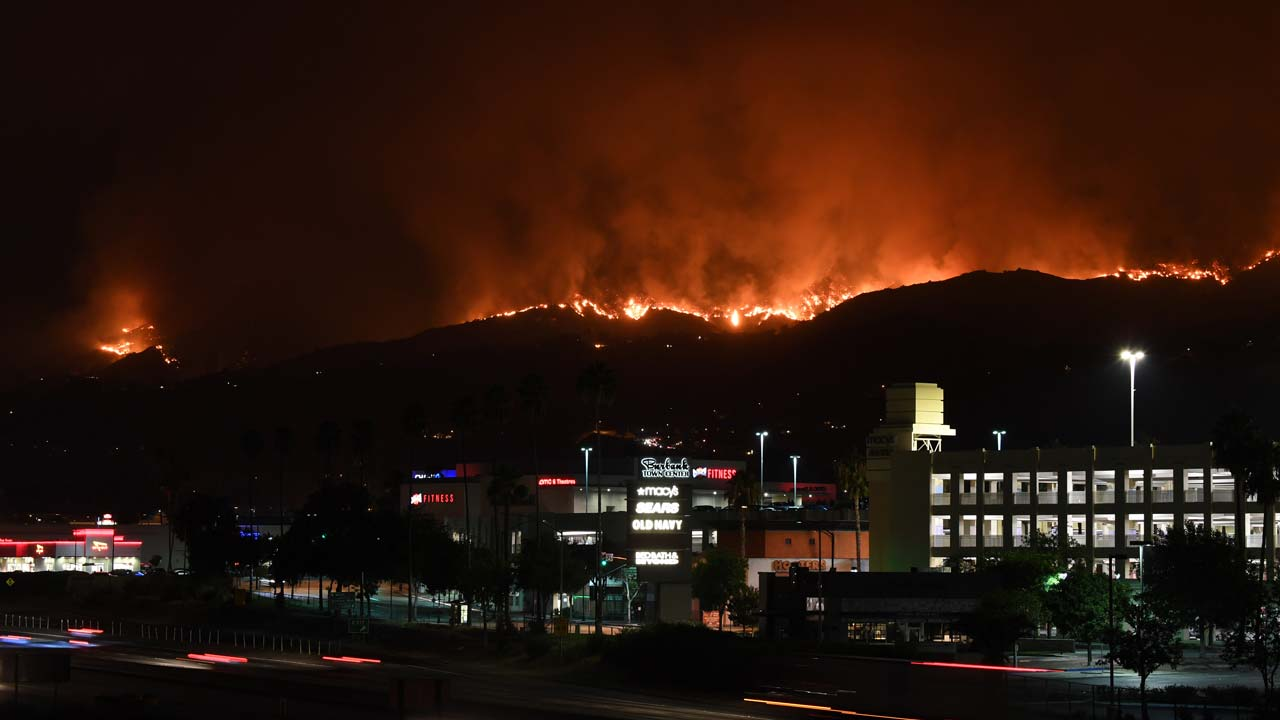 Huge blaze forces hundreds to evacuate in Los Angeles