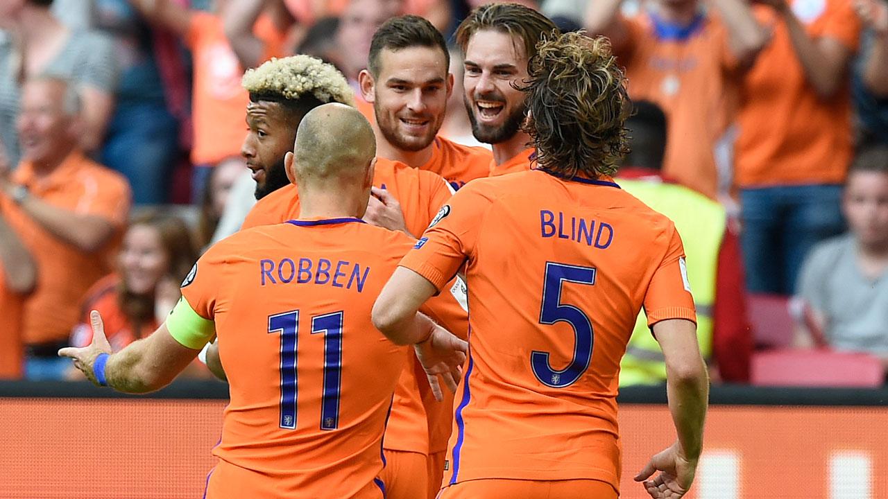 Netherlands soccer team keeps World Cup hopes alive
