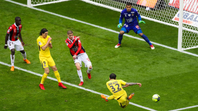 Late Alves goal gives PSG win at Nice