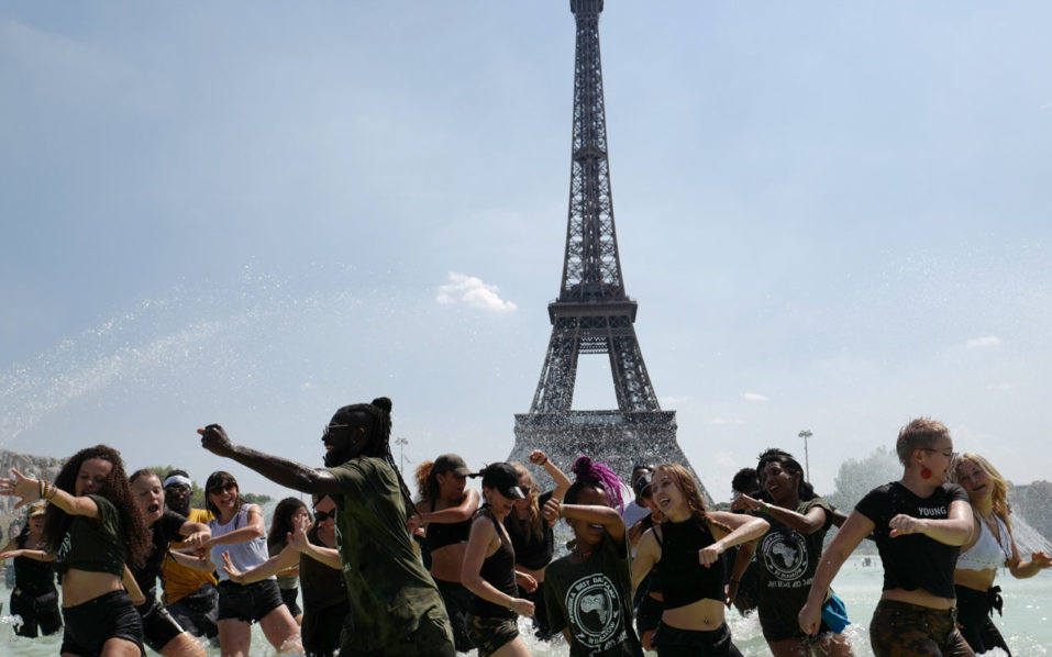 Eiffel Tower strike looms over long lines