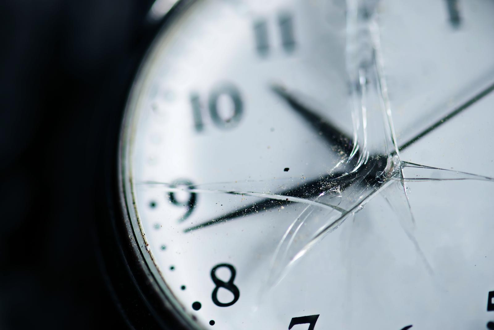 Разбитый хронометр наручного типа предвещает череду острых неудач.
