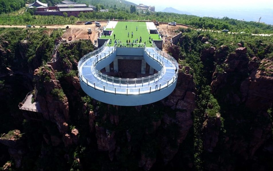 Skywalk at Fuxi Mountain Photo Daily Mail e1540746976275 953x598 Three Terrifying Attractions In China