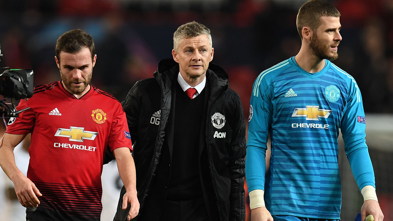 510c61c59 ... Solskjaer (C) leaves the pitch with Manchester United s Spanish  midfielder Juan Mata (L) and Manchester United s Spanish goalkeeper David de  Gea after ...