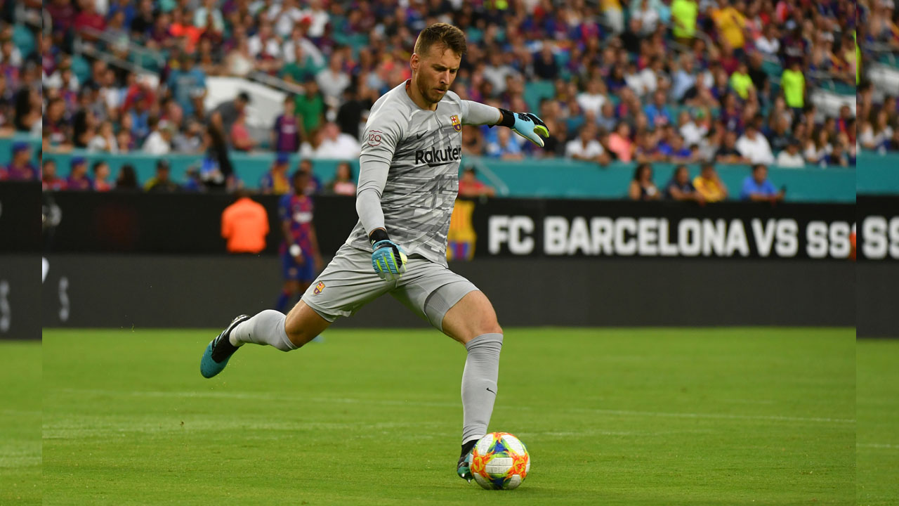 Barcelona goalkeeper Neto sidelined after wrist surgery