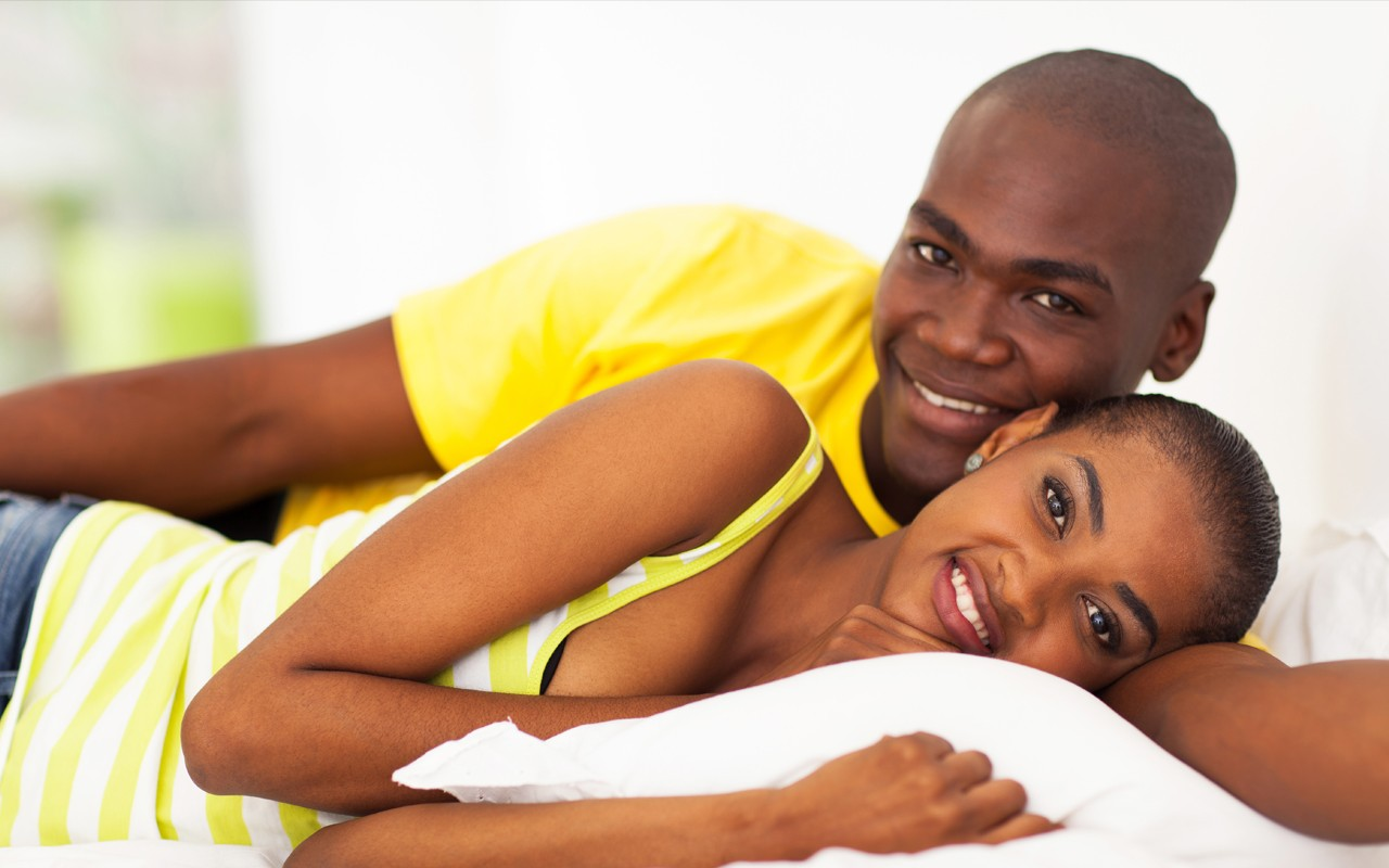 African American couple intimately in bed | Photo: Ebony