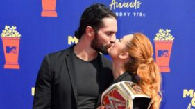 Seth Rollins and Becky Lynch kissing